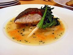シャンピニオンのパートを纏った白身魚のロースト、じゃが芋のランド風