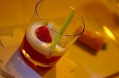 イチゴとレモングラスのスープにマスカルポーネとバニラのカプチーノ仕立て ピスタチオのシャーベットを添えて