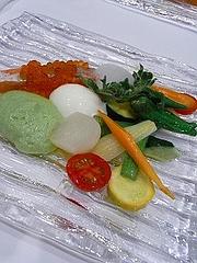 信州サーモンのほんのり暖かなコンフィ、温泉卵とイクラ、採れたて信州野菜たんぷりで
