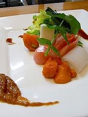 金目鯛とアオリイカ、ウニ、自家製ポン酢と酢味噌で レタス、トマト、