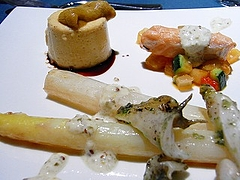 信州中野産ホワイトアスパラ、ツブガイ 時鮭 ウニのムース・ヴィンゴットソース