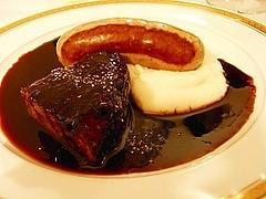 タヌキのソーセージと信州牛ホホ肉の赤ワイン煮込み