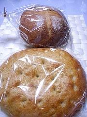 クネクネのフォカッチャと全粒粉パン