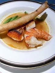 鯛とピンダルウペーストのスープ、ルバーブの春巻き