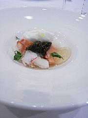 桃と相模アカザ海老の冷たいサラダ、ミントのジュレとヨーグルトのソルベ、キャビアを添えて