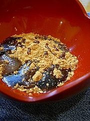 焙煎黄粉と手作りの黒蜜、お馴染みの吉野の葛餅