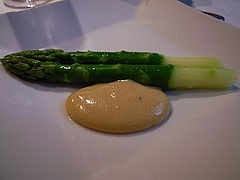 アスパラガスとシェリーヴィネガー・卵黄・溶かしバターのソース