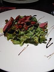 フンス産鴨の炭火焼き、バルサミコ風味のサラダ仕立て