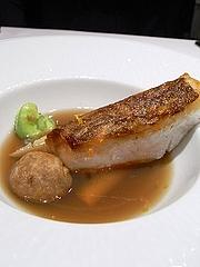 山口県萩産の真鯛、ハマグリのエキスからとったコンソメスープ仕立て、蓮根だんご
