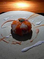 魚介を使ったクリュ サーモンとマダイ、中にホタテと野菜