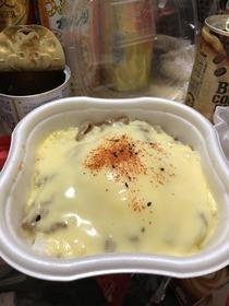コンビニの牛丼にチーズ盛りまくったったwwwww