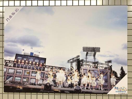 乃木坂駅のパネル展で白石麻衣が心から楽しんでる瞬間!