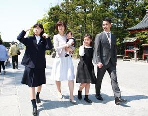 鶴岡八幡宮お宮参り屋外ロケーション家族写真