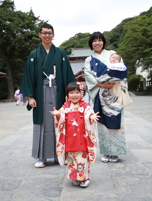鶴岡八幡宮七五三屋外ロケーション家族写真 着物