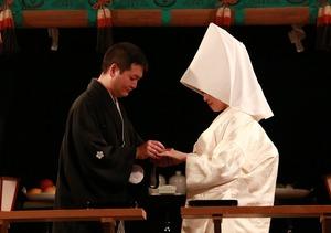 鶴岡八幡宮幸あかり結婚式指輪交換写真