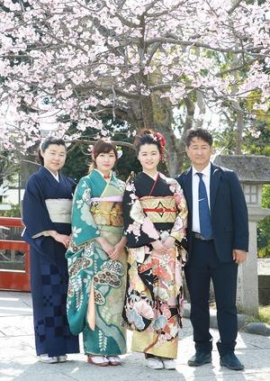 成人式前撮り屋外 桜 家族写真