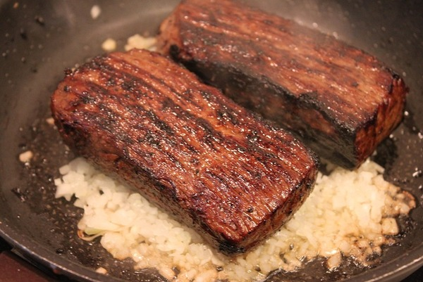ブログ調理工程(たまねぎを下に敷いて蒸し焼き1)