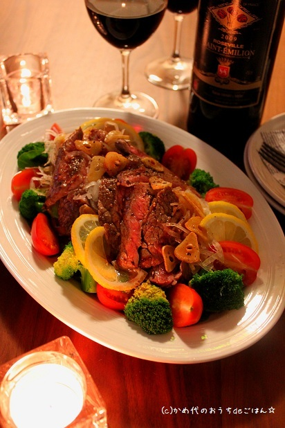 牛ステーキとスライスオニオンのサラダ
