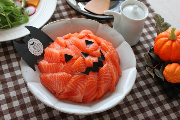 ハロウィンのサーモン寿司画像(横)