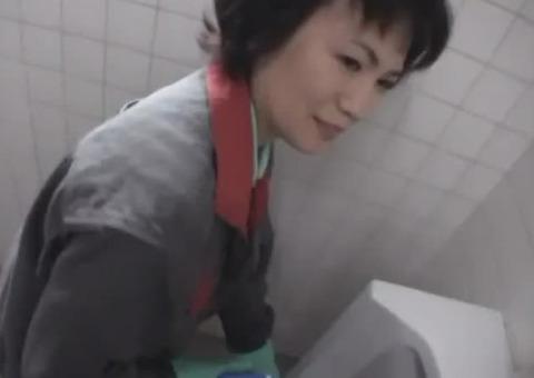 【熟女ナンパ】トイレ掃除のおばさんを強引にナンパしてセックスに持ち込む痴漢魔の手口がこれwww