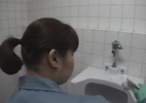 【人妻ナンパ】素人のトイレ清掃の熟女が背後から痴漢に犯される一部始終がこれ