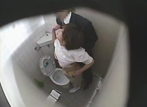 【トイレ盗撮】ナンパされた熟女が痴漢常習犯に強姦される大ピンチ!