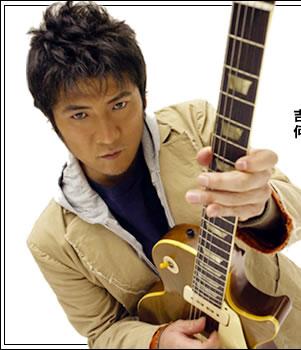 ギターを抱えた吉川晃司