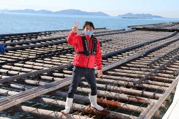 牡蠣筏で記念撮影