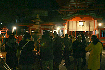 春日神社の境内。初詣客。