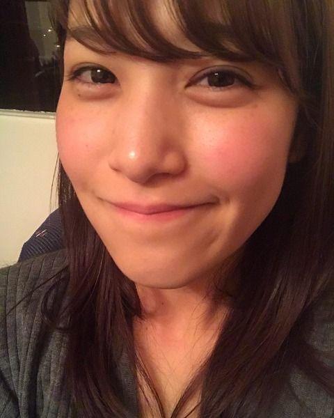 鷲見玲奈アナの谷間胸チラGIF画像