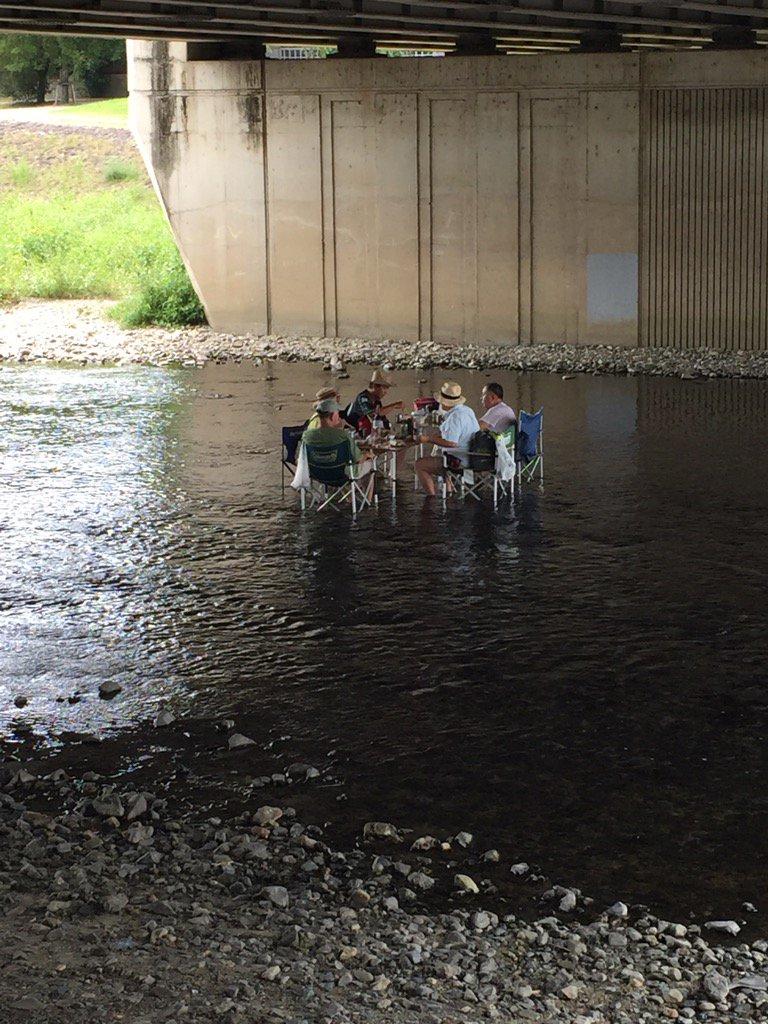 【画像】鴨川でバーベキューしてるおじさま達が粋すぎる!これは真似したいわ