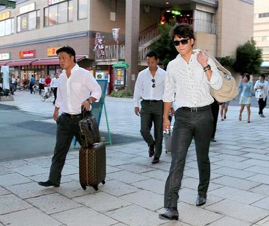 【巨人】長野駅に到着しホテルに向かう坂本たち