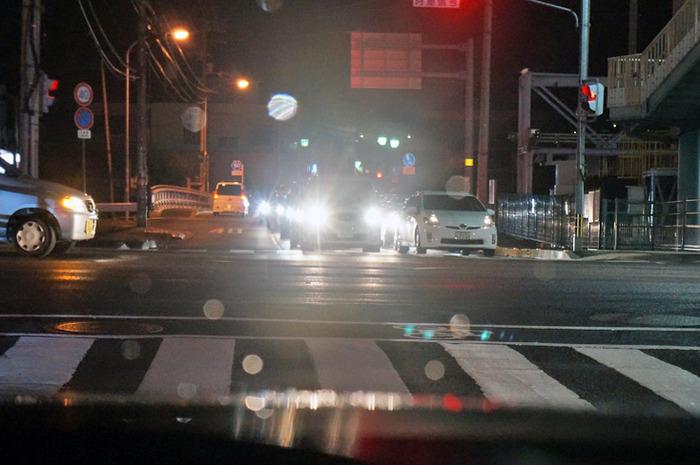 信号待ちでライト消すドライバーなんなん?