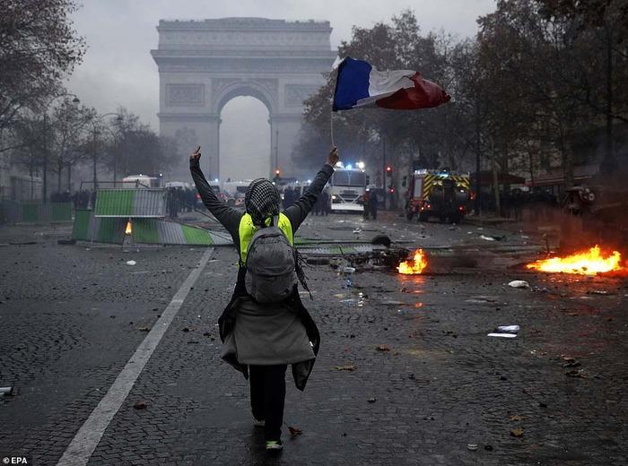 【悲報】フランスの暴動で警官隊がヘルメットを脱ぎ、市民側について戦う事を決意する