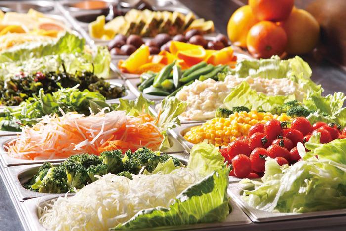 サラダバーで大量に野菜食べるアホ