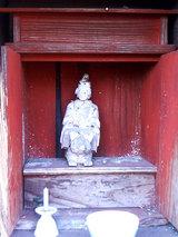 神社に祀られている小さな像
