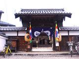 お寺のカラフルな旗
