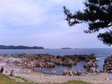 岩井崎の海岸で遊ぶ子ども達