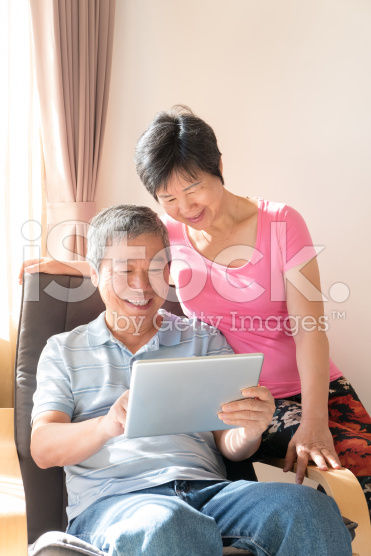 stock-photo-84943557-happy-senior-couple-with-tablet