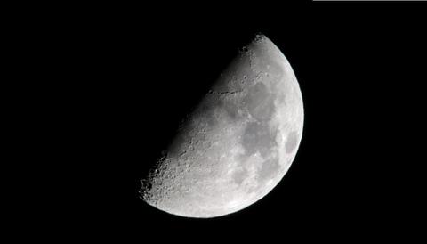 7上弦の月(じょうげんのつき)7日頃