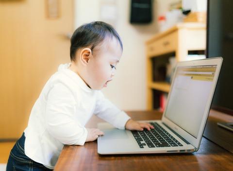 20180201赤ちゃんとノートパソコン
