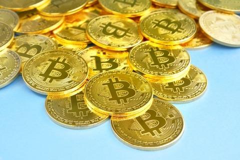 金よりもビットコインを買うべきか-ウォール街で最も熱い議論に - Bloomberg