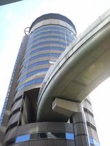 高速道路の通るビル