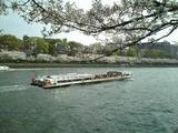 大川を行く水上バス