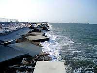 2007年台風16号18号の大浪で破損した神戸沖処分場にし護岸