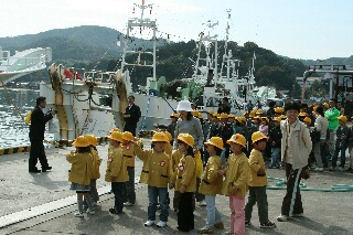 漁港では子供たちがお出迎え