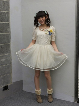 白いドレスを着ている田村ゆかり
