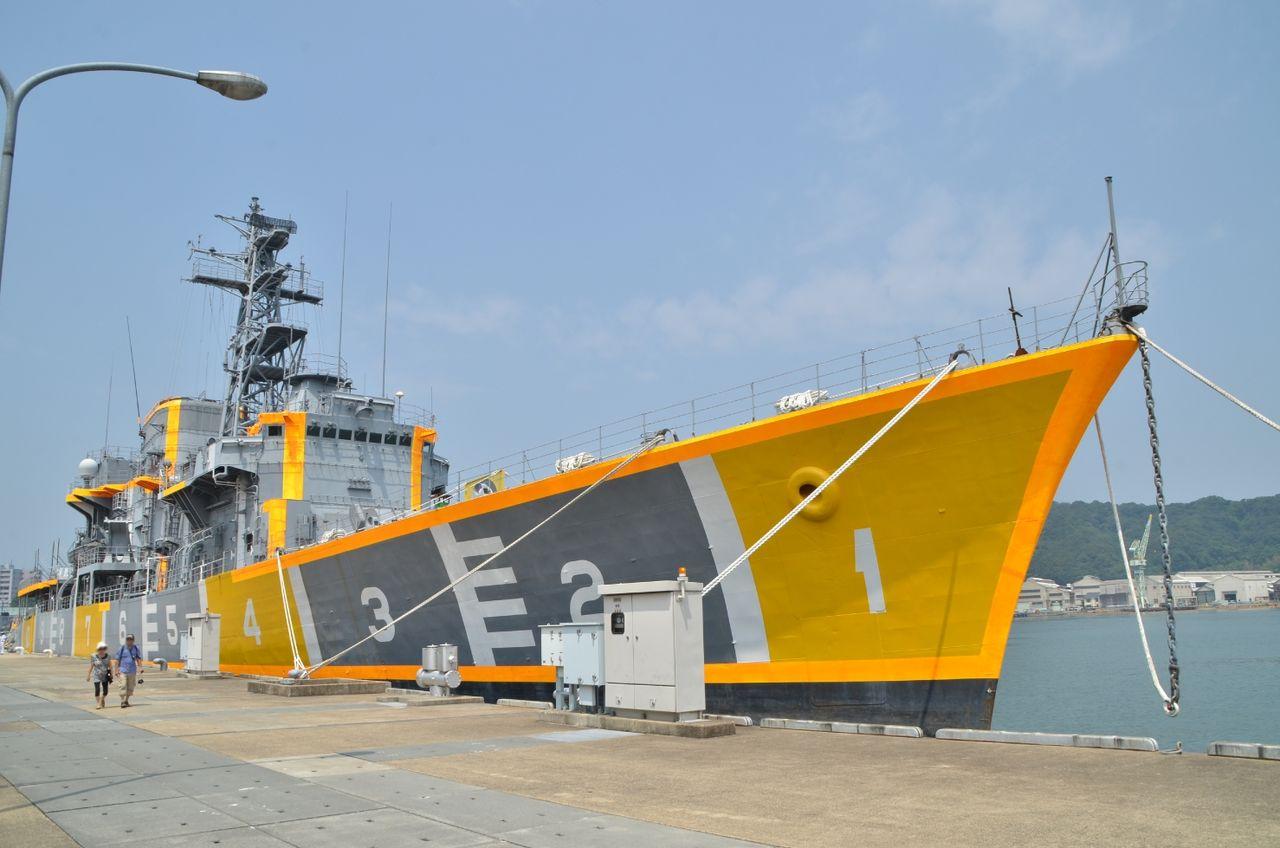 AAA_3741 そんな桟橋で目立つのは 標的艦となった元護衛艦「はまゆき」 他には 曳船1号