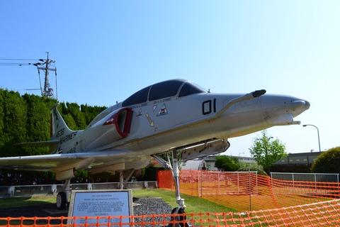 DSC_0001 「OA-4M スカイホーク」がお出迎え。 多くの人で賑わっています。 ...