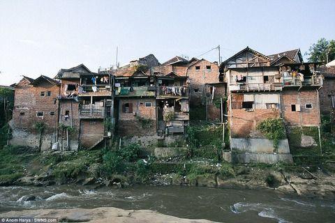 【画像】インドネシアの田舎村、観光客を増やすために町中を派手な色にした結果WWWWW